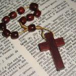 Como usar crucifixos com estilo?